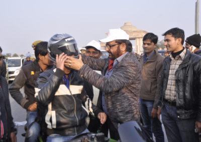 walkathon-2017-shubham-soti-foundation-distributing-helmet-3